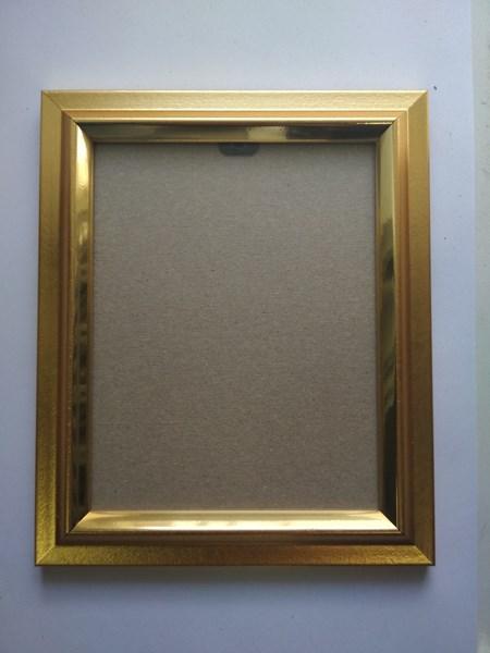 Рамка под маленькую сюжетную вышивку или икону, размер 10,3*13,1 см акриловое стекло. Цена 70 рублей